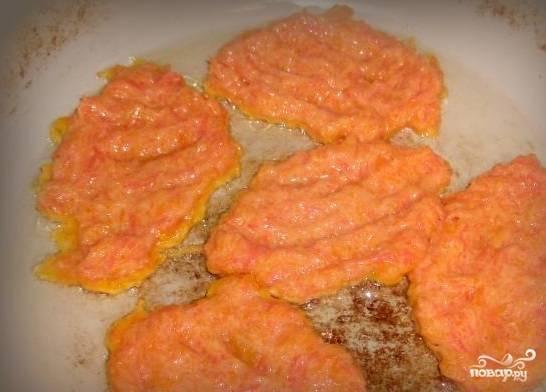 5. Подготовленное тесто надо оставить всего на пять минут постоять, в этом случае все ингредиенты сойдутся между собой. Выпекайте на сковородке, при этом используйте растительное масло.