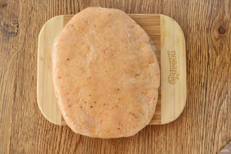 Затем влейте холодную воду по 1 ст. л., замесите тесто. Заверните его в пищевую пленку и оставьте в холодильнике на 20-30 минут.