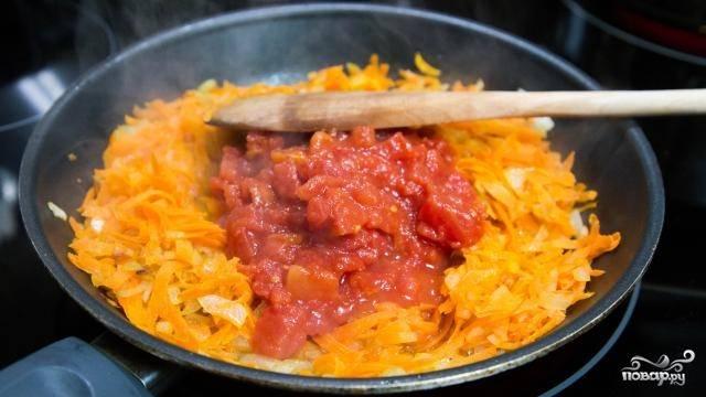 7. Добавьте специи, тертую морковь и томаты.