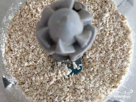 Измельчаем овсянку в мелкую крошку. Если ваш блендер позволяет и вы хотите испечь блинчики потоньше, то измельчайте хлопья сразу в муку. Из нее блины получатся классически тонкими.