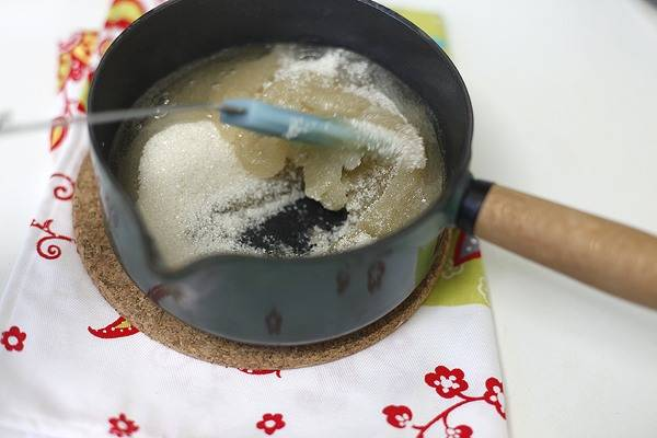 3. Агар прогреваем на плите, добавим сахар и варим, постоянно помешивая, чтобы весь сахар растворился. Когда появится белая пена - с огня снимаем.