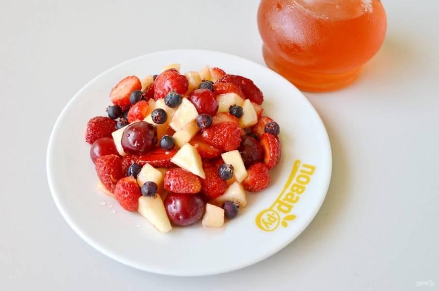 3. Перемешайте фрукты-ягоды. На тарелочку положите горкой, сверху полейте кленовым сиропом.