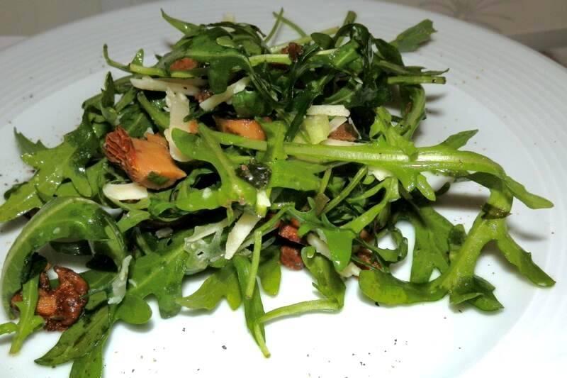 Салат с лисичками и зеленью