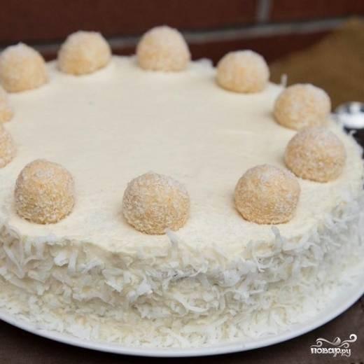 """11. Украсьте торт кокосовой стружкой и конфетами """"Рафаэлло""""."""