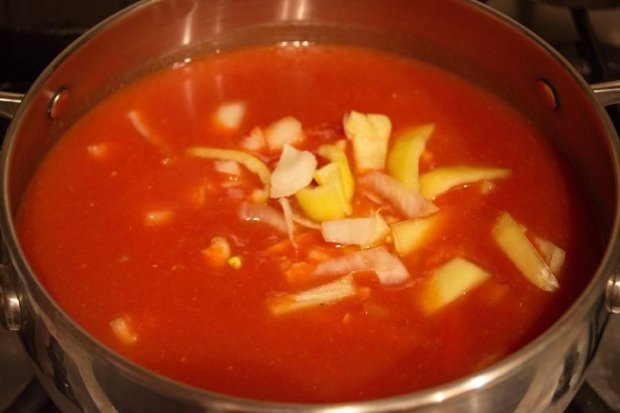 Соедините томатную массу (густой томатный сок) с нарезанными овощами. Поставьте на огонь и варите 1 час, периодами помешивая.