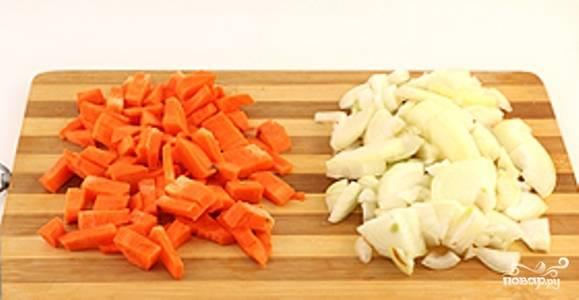 Лук порежьте небольшими кусочками или полукольцами, морковь натрите на крупной терке.