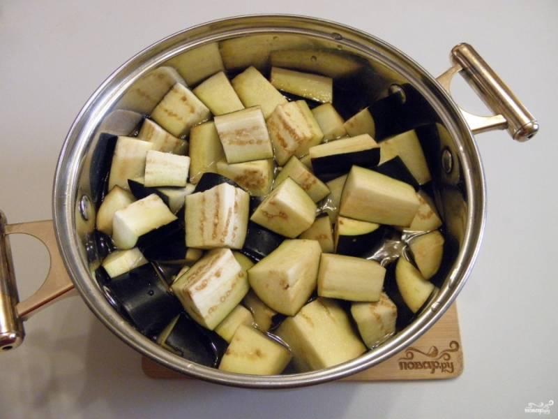 Воду доведите до кипения, добавьте в неё соль и уксус. Всыпьте баклажаны, проварите их с момента закипания 5 минут.