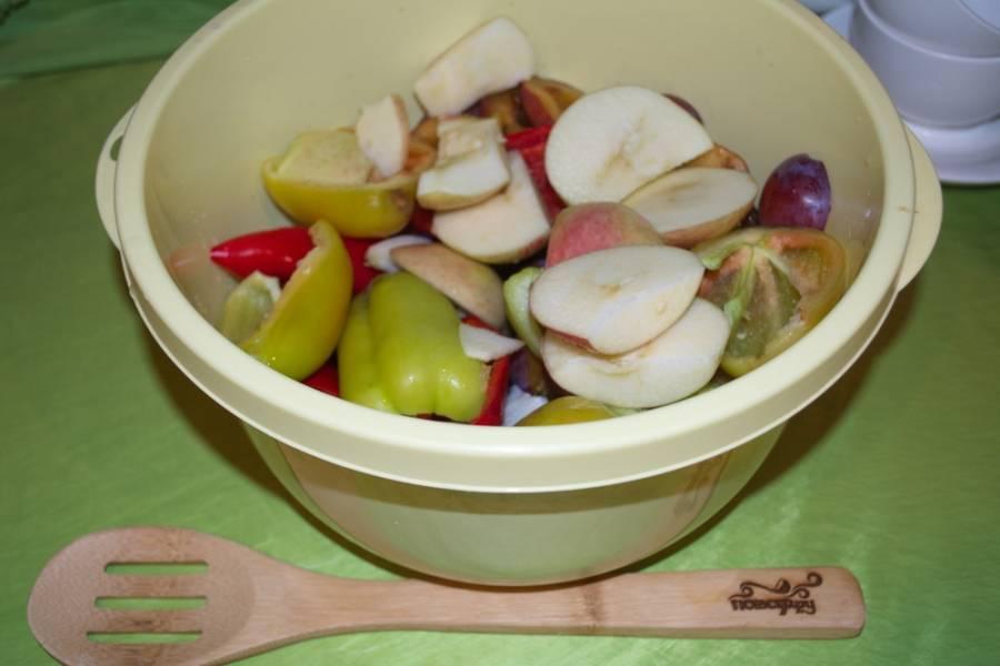 Очистите сливы от хвостиков и косточек. С яблоками и перцем поступаем так же. Очистите репчатый лук. Все нужно нарезать на удобные кусочки.