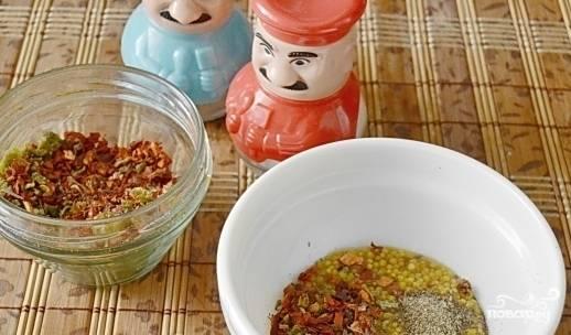 В миске смешайте горчицу с приправой, перцем и солью.