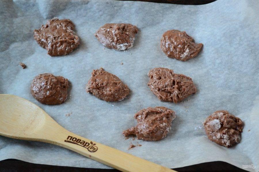 Выложите тесто ложкой на противень, застеленный пергаментом. Выпекайте в предварительно разогретой до 200 градусов духовке 10 минут.