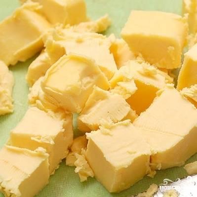 1. Масло сливочное порежьте небольшими кубиками.
