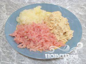 Мясо пропустить через мясорубку несколько раз. Измельчить в блендере хлеб и лук.