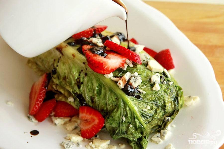 4. Выложить обжаренный салат на блюдо, полить клубничным соусом, украсить оставшимися ягодами клубники и сыром Горгонзола.