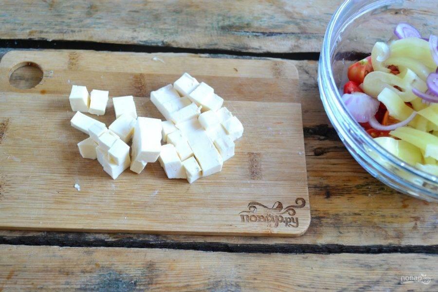 6. Сыр порежьте небольшими кубиками.