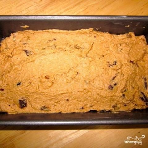Орехи тоже вмешиваем в получившееся тесто. Готовое тесто перекладываем в смазанную маслом форму для кекса.