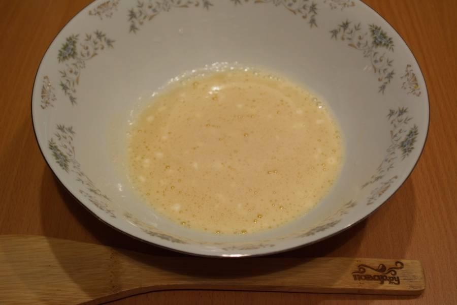 В миске взбейте яйца с сахаром и солью. Добавьте разрыхлитель.
