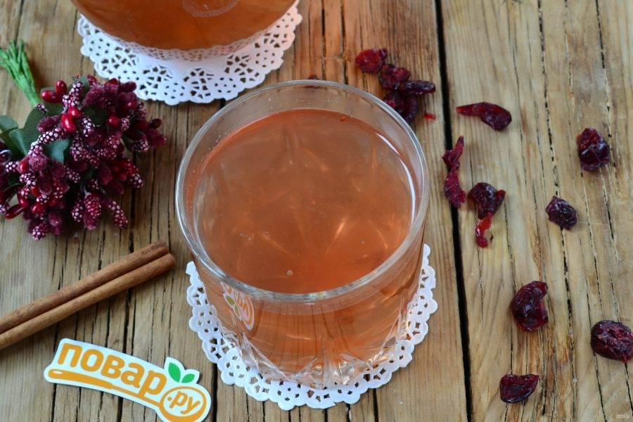6. Вот и все. Палочку корицы выньте, а сам напиток процедите и охладите. Впрочем, очень вкусный такой напиток горячим – для зимних холодных дней самое то!