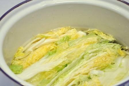 Залить капусту остывшим рассолом. Он должен полностью покрывать верхние листы. Придавить гнетом и оставить на 2 дня в теплом месте.