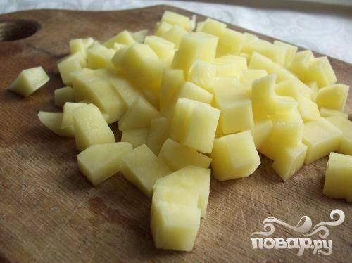 1.Промываем картофель, очищаем от кожуры и нарезаем небольшими кубиками. Затем отправляем ее в кастрюлю вариться.
