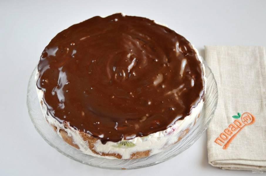 14. Достаньте тортик из холодильника, уберите форму, осторожно снимите пищевую пленку. Сверху покройте глазурью.
