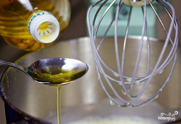 6. В конце прямо в тесто влейте растительное масло. Если вы будете использовать для жарки сковороду с антипригарным покрытием, то ее не нужно смазывать маслом. Иначе блинчики будут жирными.