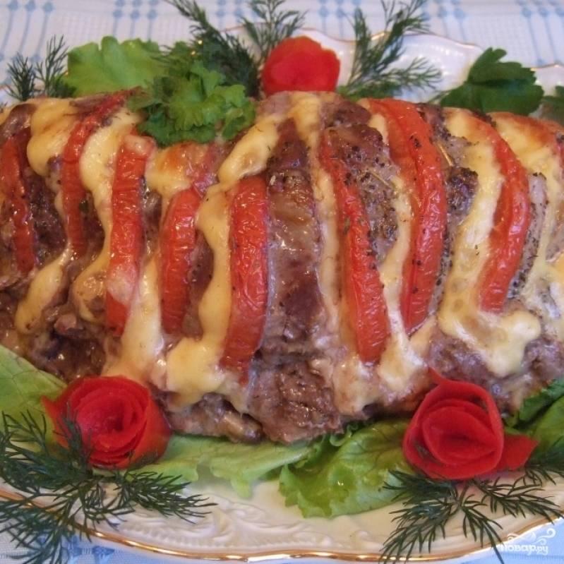 Готовый кусок мяса перекладываем на блюдо и подаем к столу. Приятного аппетита! :)