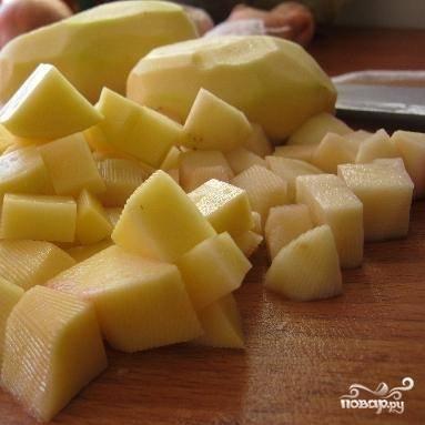 Картофель вымыть, почистить, нарезать кубиками.