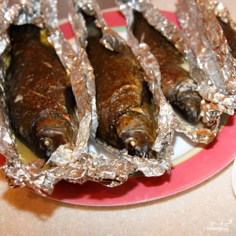 Достаем рыбу из духовки, слегка остужаем (рыбу не подают очень горячей, опасно - из-за костей).