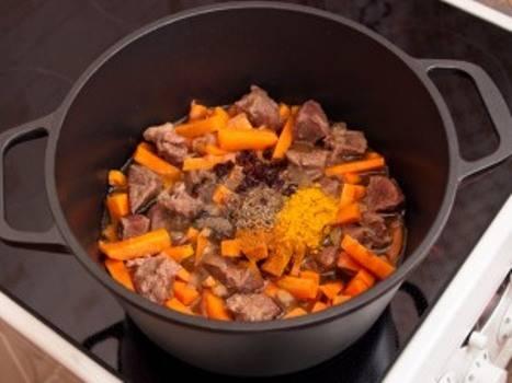 4. После обжарки овощей и мяса отправьте их в кастрюлю. Обратите внимание, что емкость должна быть с толстым дном - так ваш плов не пригорит и будет готовиться при идеальной температуре.