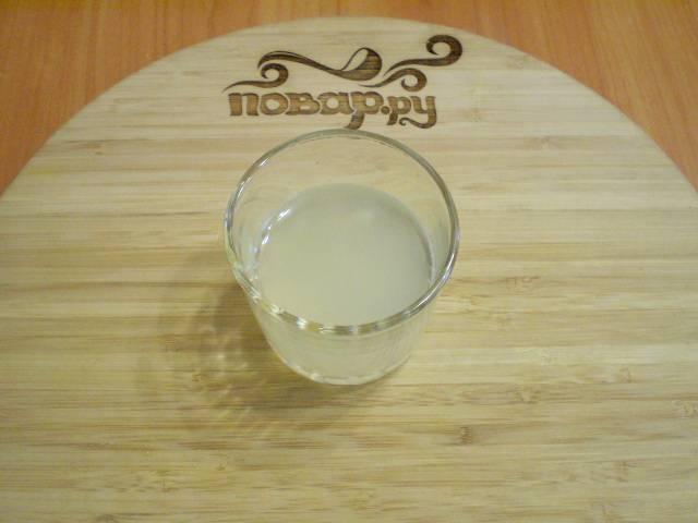 Процедите сок от косточек, чтобы ничего лишнего не попало в варенье.