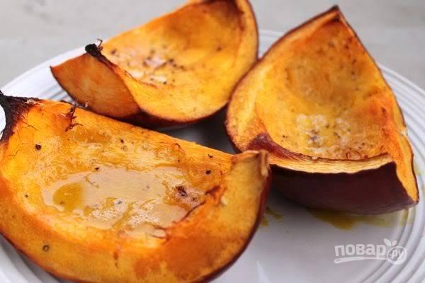 Мясо с соусом накройте фольгой и отправьте в духовку на 2 часа. А тыкву можно запекать параллельно, сбрызнув маслом , посолив и поперчить. Тыква печется около 45 минут. Накрывать фольгой ее не нужно.