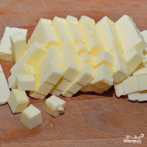 Сливочное масло необходимо нарезать небольшими кубиками.