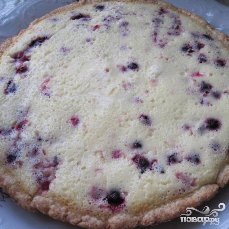 Готовый пирог очень ломкий, осторожно вынимаем его из формы двумя лопаточками