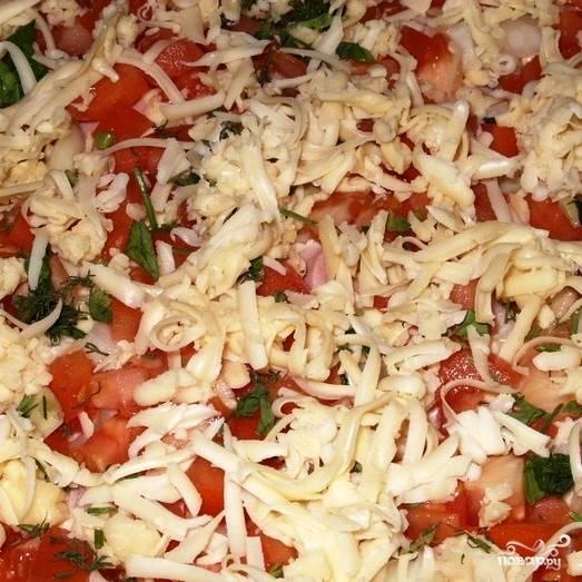 Ставим в духовку, разогретую до 200 градусов, и запекаем пиццу до готовности - примерно 10-15 минут.