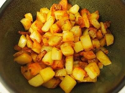 Картофель готовится дольше, поэтому все внимание луку. Обжаривайте его, помешивая время от времени, пока не станет мягким и полупрозрачным, примерно 5 минут. Добавьте к луку морковь, перемешайте. Самое время перемешать картофель на второй сковороде. Обжаривайте лук и морковь на среднем огне примерно 5 минут, лук не станет светло-желтого цвета, а морковь размягчится. Перемешайте картофель на второй сковороде. Выключайте огонь под обеими сковородами. Все, первый этап прошли.