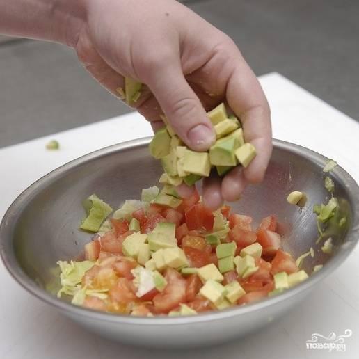 Смешиваем авокадо, помидоры и листовой салат.