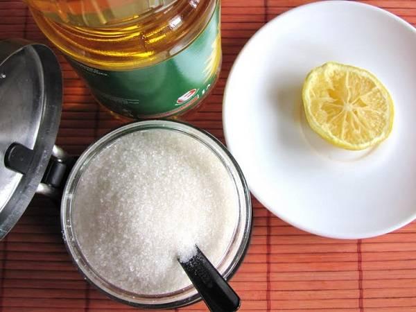 1. Из самых обыкновенных ингредиентов можно довольно быстро приготовить натуральное лакомство для детей. И пусть это не самая полезная сладость, однако вполне может заменить леденцы с красителями.