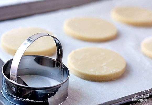 """1. Тесто разморозим или приготовим самостоятельно. Раскатаем ровный пласт, вырезаем одинаковые """"кружочки"""", а из них - кружки поменьше. Каждый кружок присыпаем сахаром и запекаем при 200 градусах 15-20 минут."""