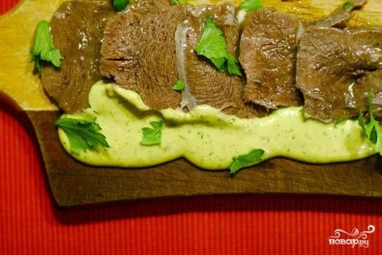 Маринованный язык с соусом тартар