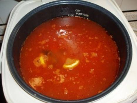 """Переложите лимон и маслины в мультиварку. Залейте продукты водой до отметки """"максимум"""""""