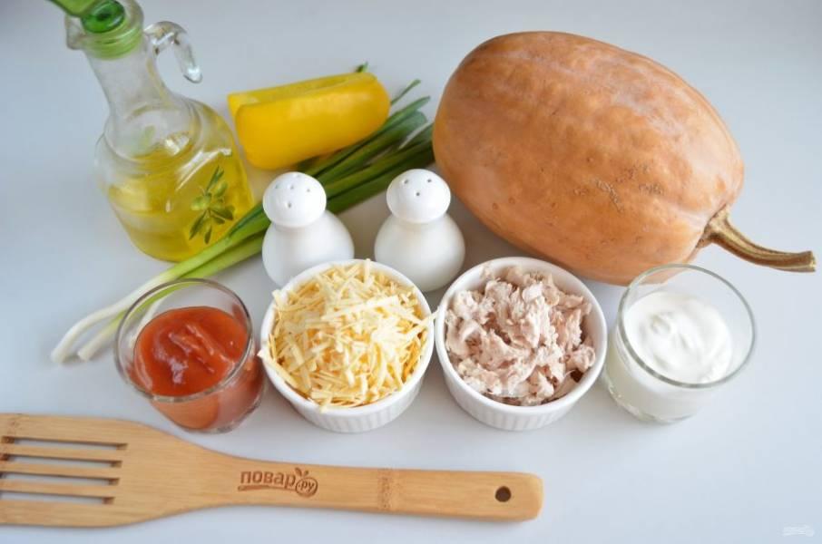 Подготовьте продукты. Отварите куриное филе, разберите его на волокна. Сыр натрите на крупной терке. Приступим!