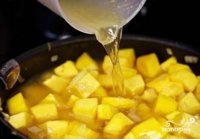 Переложите овощи в разогретую кастрюлю. Залейте их овощным бульоном, доведите до кипения. Убавьте огонь и варите, накрыв крышкой.