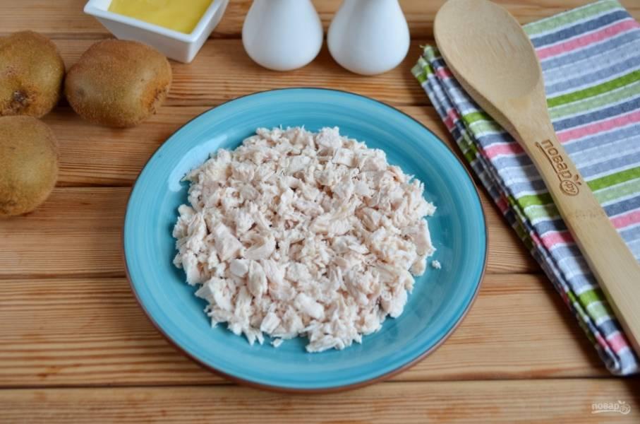 Куриное филе порежьте небольшими кубиками, кусочками, как получится. Уложите равномерно на блюдо.