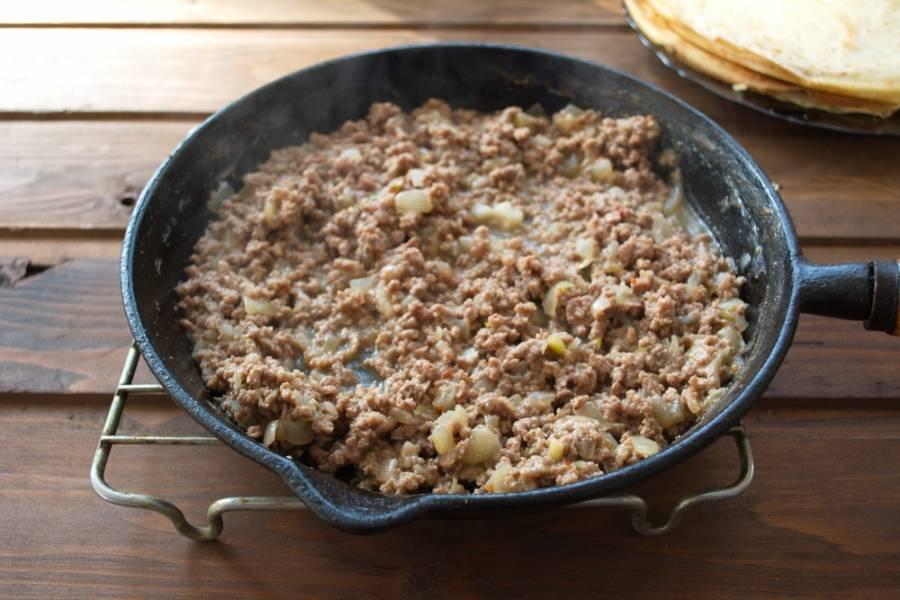 Влейте 0,5 стакана воды, добавьте специй и соли. Тушите 7 минут без крышки. Мясо очень быстро дойдет. Будет сочным. При необходимости можно добавить воды в процессе тушения.