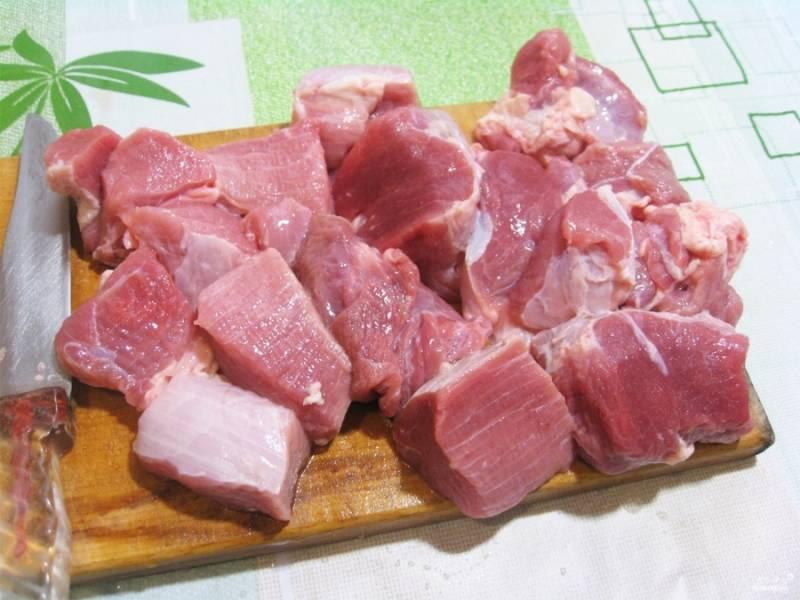 Как только время выйдет, посолите и наденьте мясо на шампур.