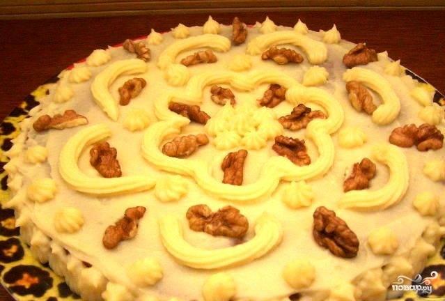 Готовый корж слегка остужаем и разрезаем пополам. Промазываем первый корж кремом для торта, сверху кладем второй корж, его тоже покрываем кремом. Украшаем торт орехами. Ставим торт в холодильник на 2 часа, после чего его можно подавать к столу. Приятного аппетита! ;)