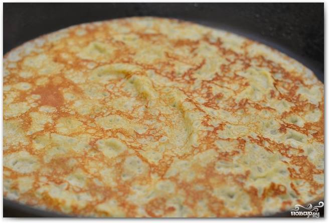3.На раскаленную сковороду наливаем немного подсолнечного масла, разогреваем, половником наливаем тесто и обжариваем блинчики с двух сторон до румяной корочки.