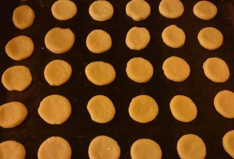 Выстилаем противень пергаментной бумагой и выкладываем на нее кружочки из теста. Ставим противень в разогретую до 180 градусов духовку, уже через 15 минут печенье будет готово.