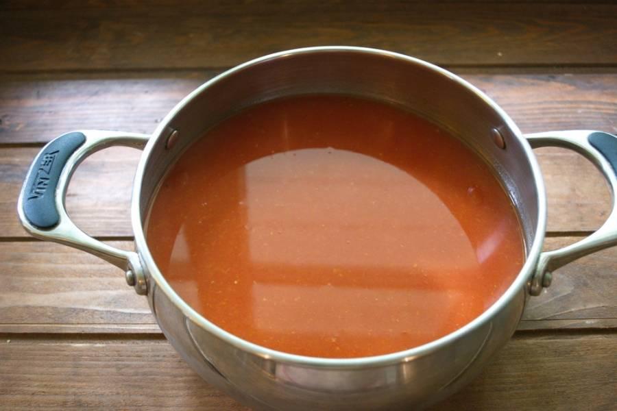 Промойте помидоры. Нарежьте их на кусочки и пропустите через соковыжималку. Данная процедура упроситит приготовление кетчупа и сделает вашу работу и вашу кухню более аккуратной после приготовления.