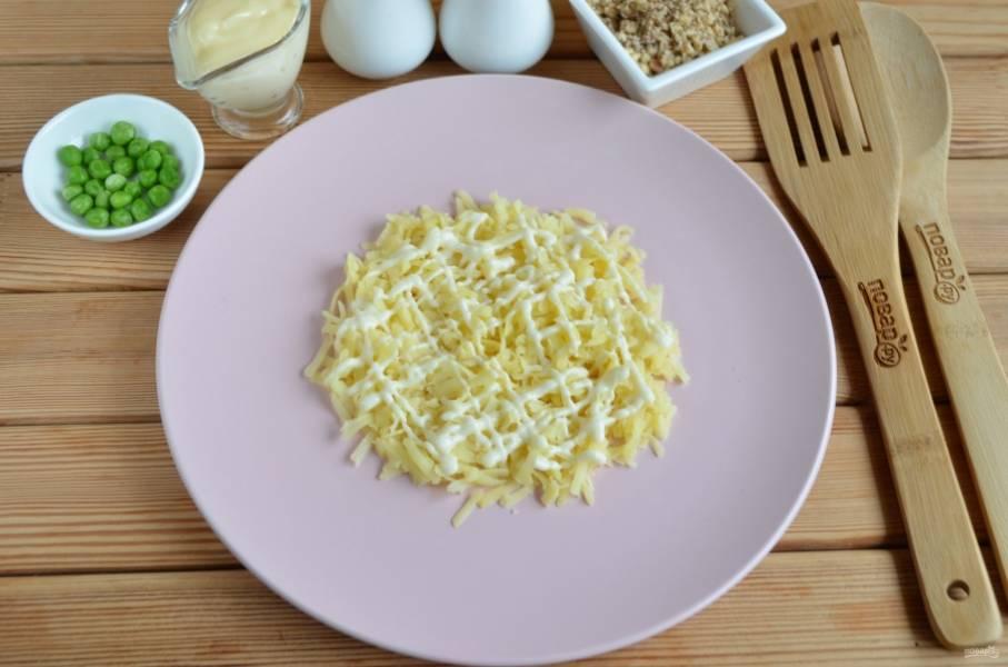 3. Приступаем к сборке салата. Каждый слой салата нужно смазывать тонкой сеточкой майонеза. Соль — по вкусу. Первый слой — половина вареного картофеля.